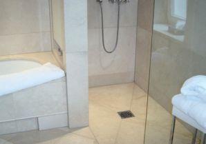 Душевой трап в интерьере ванной комнаты.